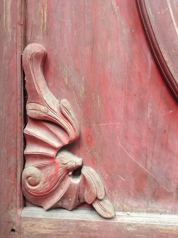 detail_bat_red_door