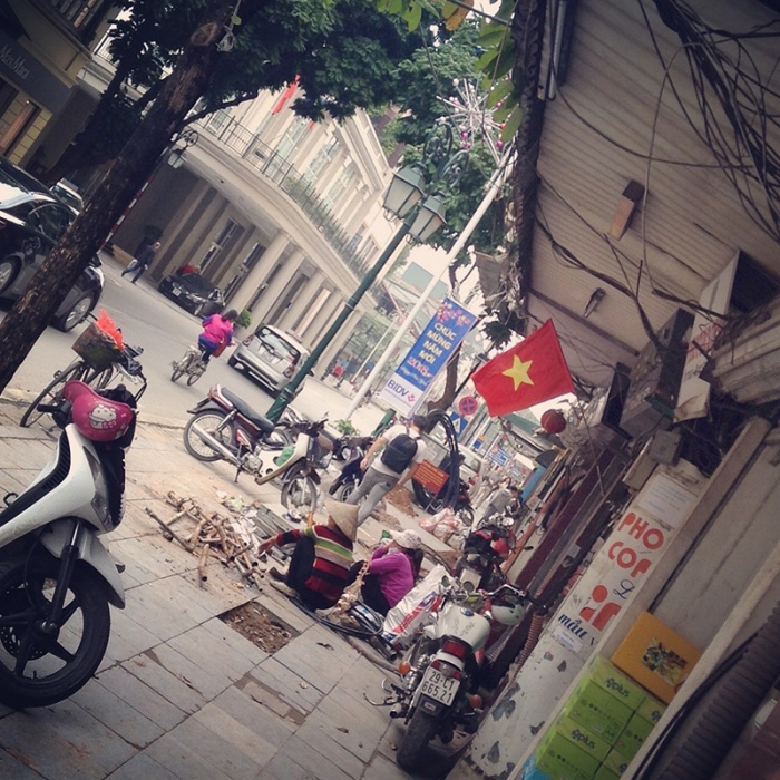 hanoi_street_with_flag.jpg