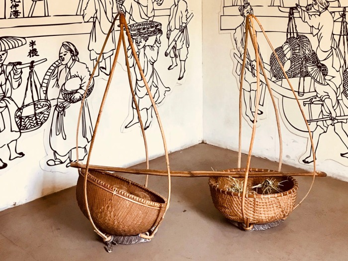 womens_museum-quang_ganh-two_baskets_bamboo_pole
